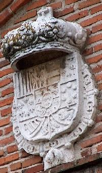 Escudo Carlos III. Fachada Iglesia parroquial.
