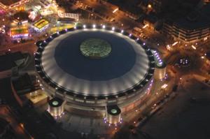 """Vista aérea nocturna de la Plaza de Toros """"Felix Colómo"""" en las Fiestas Patronales"""